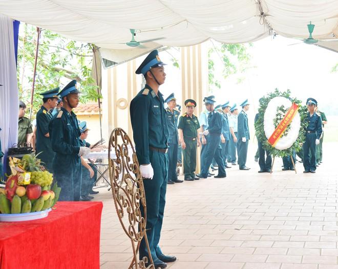 Đẫm nước mắt trong đám tang tiễn biệt Thiếu uý phi công hy sinh trong tai nạn rơi máy bay - Ảnh 6.