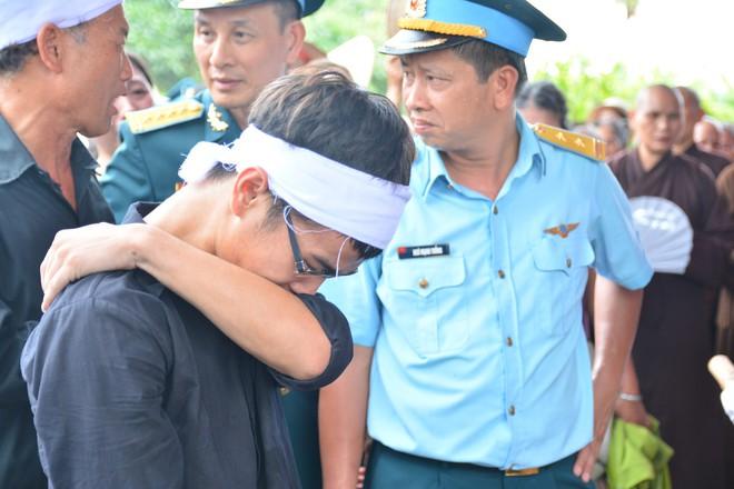 Đẫm nước mắt trong đám tang tiễn biệt Thiếu uý phi công hy sinh trong tai nạn rơi máy bay - Ảnh 11.