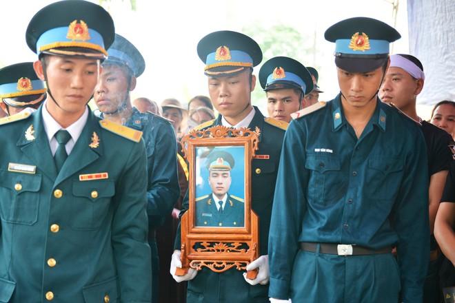 Đẫm nước mắt trong đám tang tiễn biệt Thiếu uý phi công hy sinh trong tai nạn rơi máy bay - Ảnh 2.