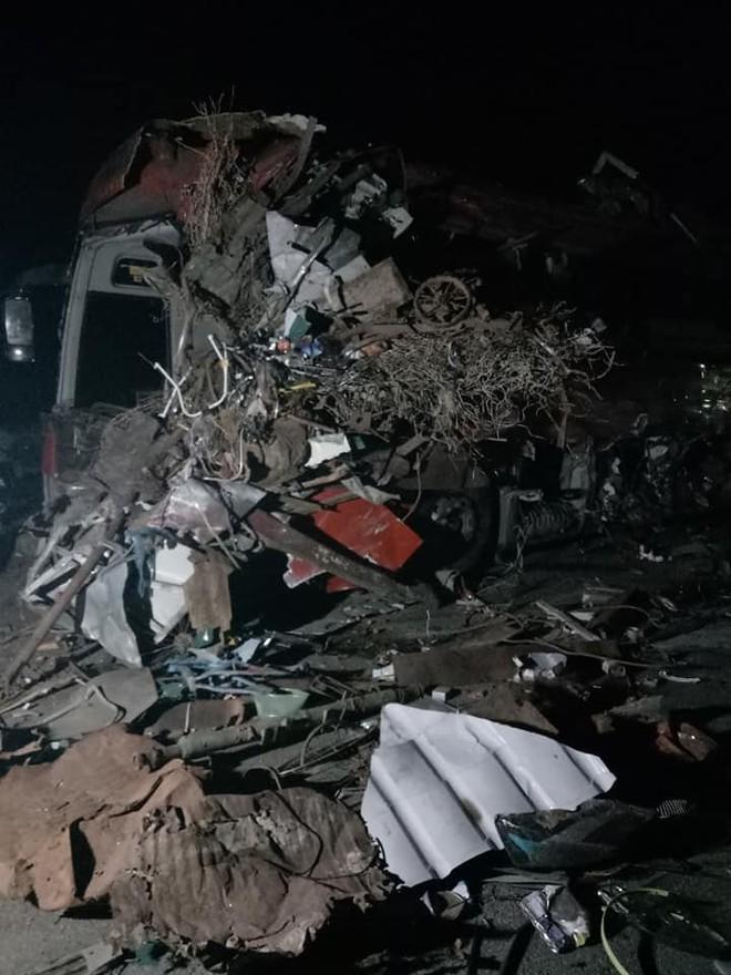 Hiện trường vụ tai nạn kinh hoàng khiến 3 người tử vong, 38 người bị thương ở Hòa Bình - Ảnh 1.