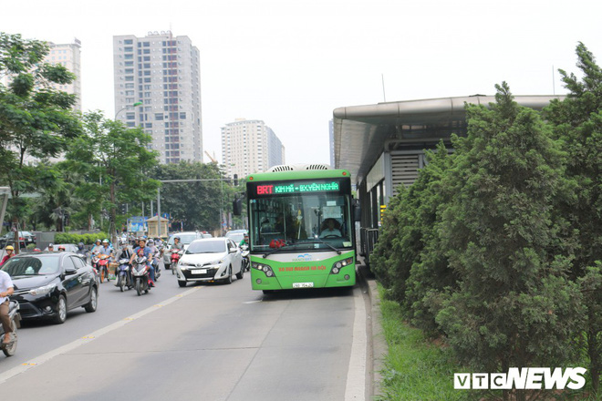 Ảnh: Xe biển xanh cũng lấn làn xe buýt nhanh BRT giữa phố Thủ đô - Ảnh 1.