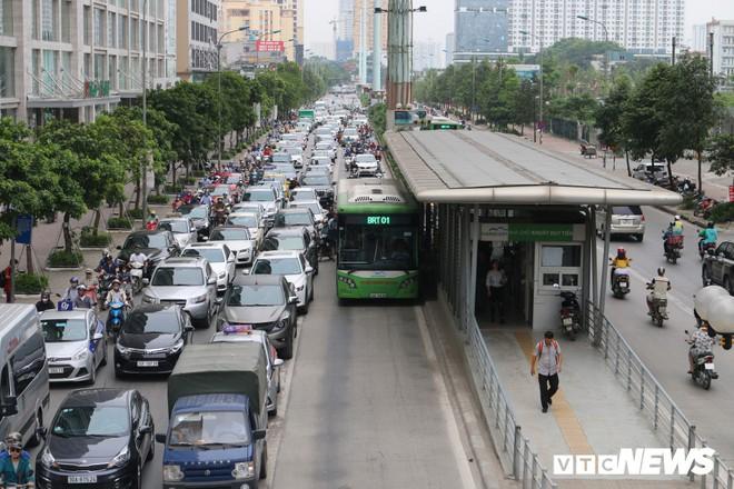 Ảnh: Xe biển xanh cũng lấn làn xe buýt nhanh BRT giữa phố Thủ đô - Ảnh 2.