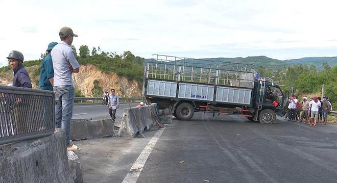 Ô tô tải mất lái khi đổ đèo gây tai nạn cho 5 xe khác - Ảnh 1.