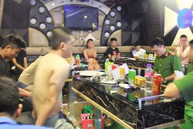 Đột kích quán karaoke phát hiện nhóm 'dân bay' mở nhạc lớn chơi ma túy - Ảnh 1.