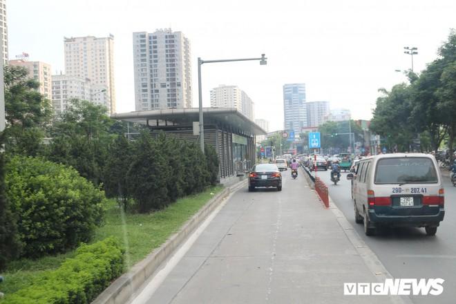 Ảnh: Xe biển xanh cũng lấn làn xe buýt nhanh BRT giữa phố Thủ đô - Ảnh 14.