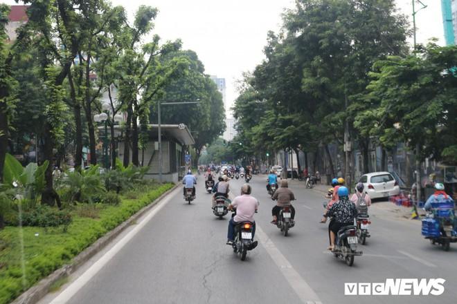 Ảnh: Xe biển xanh cũng lấn làn xe buýt nhanh BRT giữa phố Thủ đô - Ảnh 15.