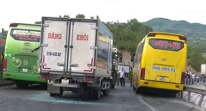 Ô tô tải mất lái khi đổ đèo gây tai nạn cho 5 xe khác - Ảnh 3.