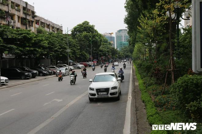 Ảnh: Xe biển xanh cũng lấn làn xe buýt nhanh BRT giữa phố Thủ đô - Ảnh 5.