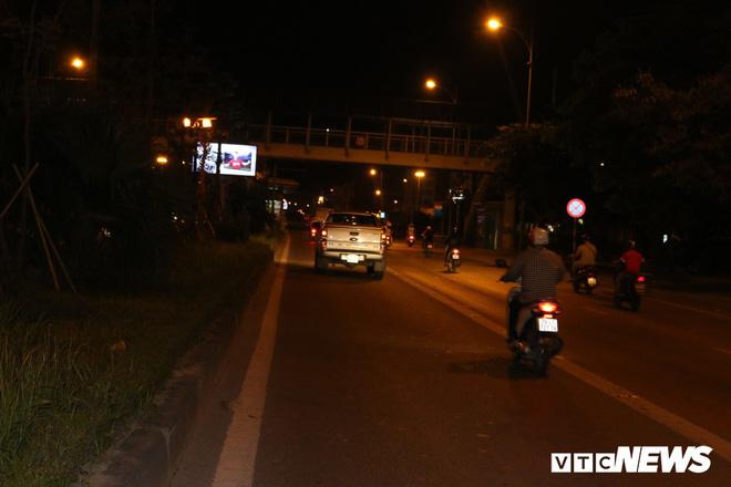 Ảnh: Xe biển xanh cũng lấn làn xe buýt nhanh BRT giữa phố Thủ đô - Ảnh 6.