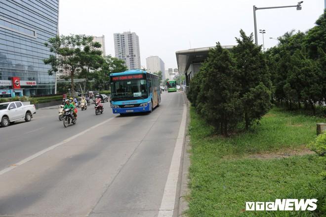 Ảnh: Xe biển xanh cũng lấn làn xe buýt nhanh BRT giữa phố Thủ đô - Ảnh 8.