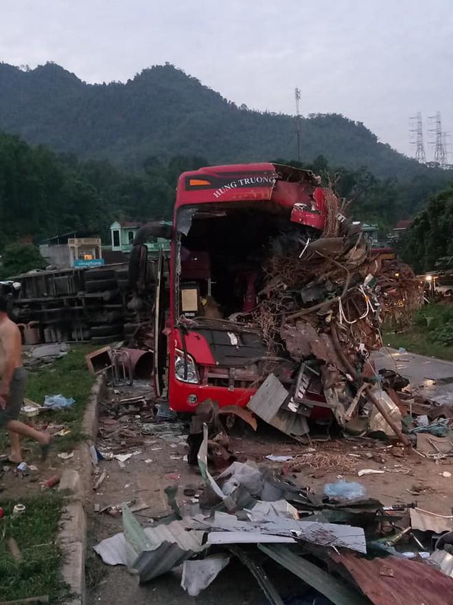 Xe khách nát đầu sau cú đâm xe tải, 3 người tử vong - Ảnh 1.