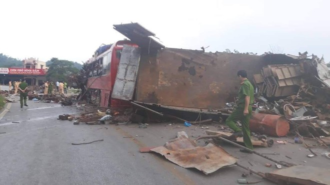 Hiện trường vụ tai nạn kinh hoàng khiến 3 người tử vong, 38 người bị thương ở Hòa Bình - Ảnh 14.