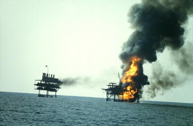 Tàu chiến Mỹ bắn rơi máy bay Iran: Thảm kịch đối đầu kinh hoàng Mỹ - Iran cách đây 30 năm - Ảnh 1.