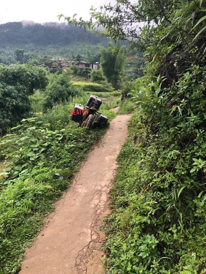 Phượt thủ Hàn Quốc lao xe xuống mương được 2 người Việt cứu, hành động sau đó càng gây thích thú - Ảnh 1.