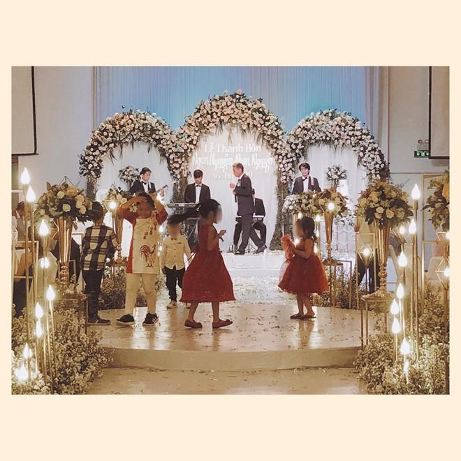 """Dự tiệc cưới sang trọng, phụ huynh để con chiếm luôn sân khấu, bị nhắc nhở còn nói: """"Hư tới đâu tao đền tới đó!"""" - Ảnh 1."""