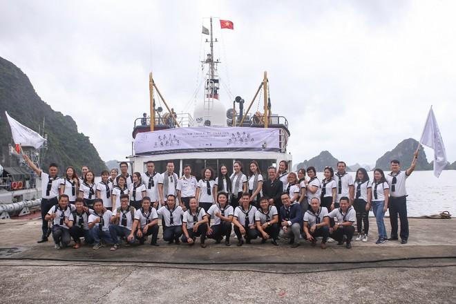 Hành trình trao sách quý đến các xã đảo xa xôi vùng biển phía Bắc - Ảnh 1.
