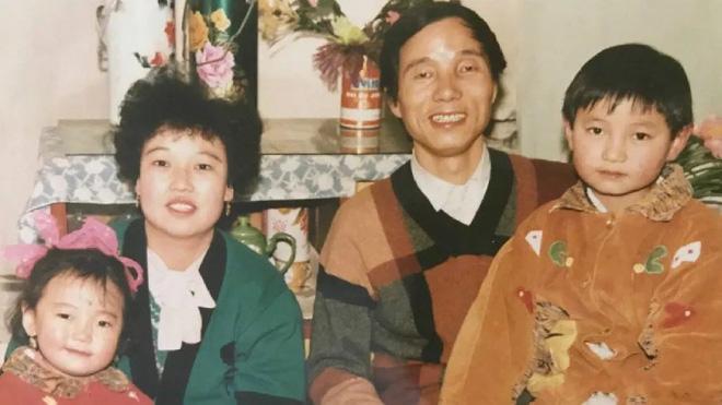 Mòn mỏi tìm con suốt 16 năm mà không thành công, bà mẹ 60 tuổi phẫu thuật thẩm mỹ cho trẻ lại để con dễ nhận ra mình - Ảnh 1.
