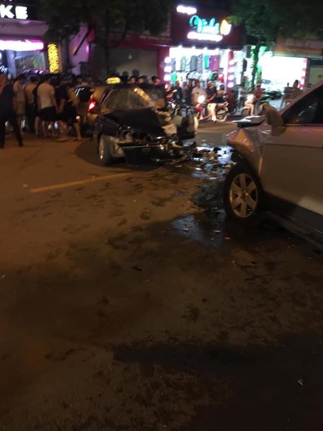 Clip: Khoảnh khắc ô tô chạy lấn làn gây tai nạn nghiêm trọng, hiện trường tai nạn gây ám ảnh - Ảnh 4.