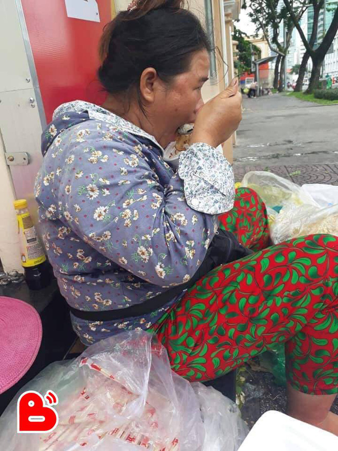 Ấm lòng với câu chuyện 3 nghìn lẻ và sự hào phóng của chị gái bán đồ ăn ven đường - Ảnh 1.
