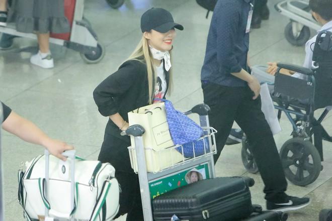 Hari Won ra tận sân bay đón báu vật Hàn Quốc Kim SoHyang - Ảnh 1.