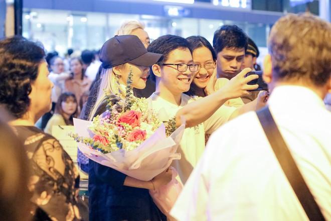 Hari Won ra tận sân bay đón báu vật Hàn Quốc Kim SoHyang - Ảnh 7.