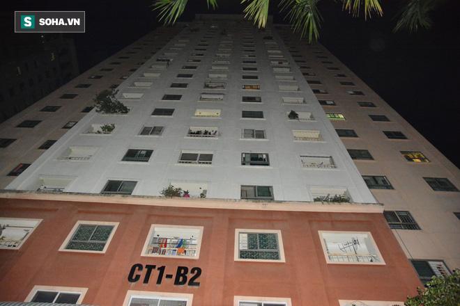 Hà Nội: Phát hiện bé gái nguy kịch tại mái tôn chung cư - Ảnh 1.
