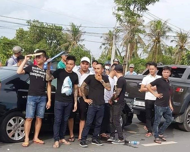 Vụ vây xe chở công an ở Đồng Nai: Người khâu 13 mũi nói bị cảnh sát cầm ghế phang rách trán - Ảnh 2.
