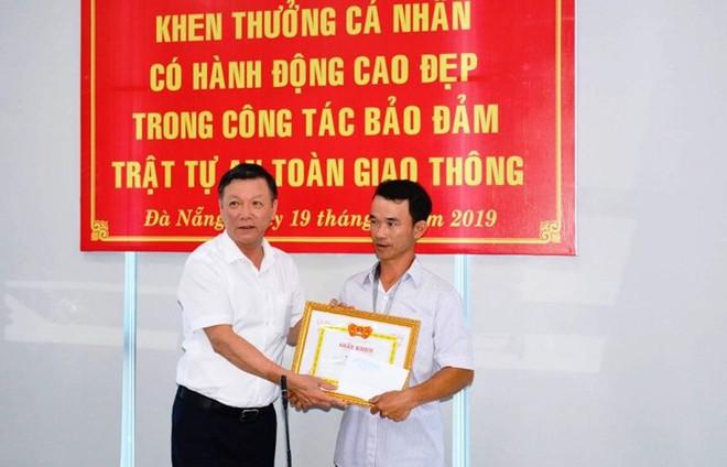Khen thưởng người đục cục bê tông trên đường ở Đà Nẵng - Ảnh 1.