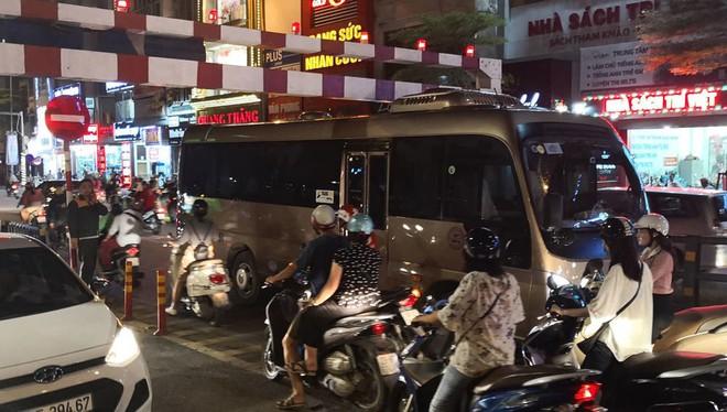 Xe khách 29 chỗ cố leo cầu vượt Thái Hà, mắc kẹt ở thanh chắn - Ảnh 3.