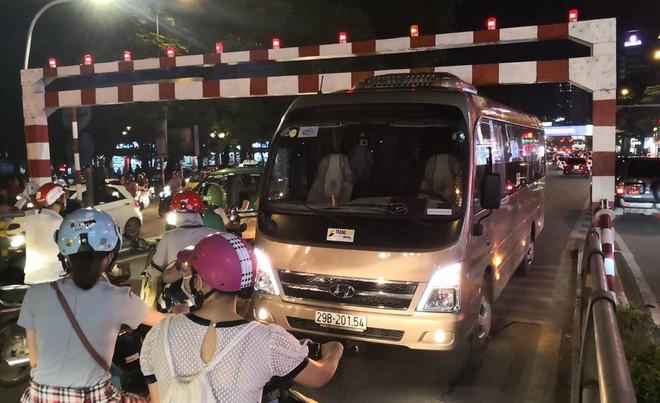 Xe khách 29 chỗ cố leo cầu vượt Thái Hà, mắc kẹt ở thanh chắn - Ảnh 4.