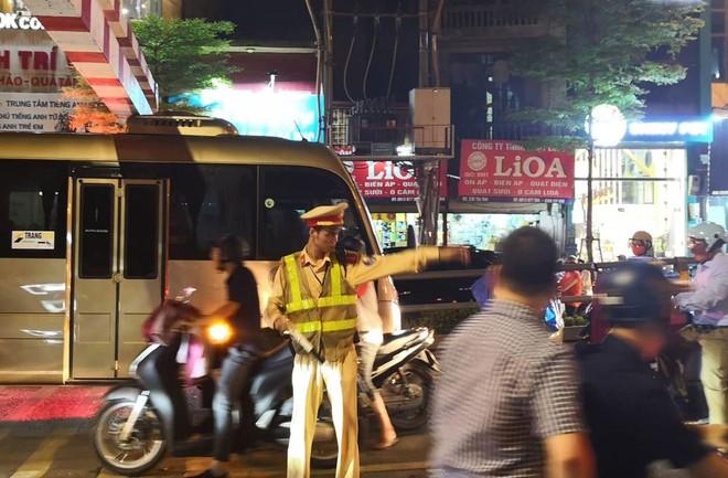 Xe khách 29 chỗ cố leo cầu vượt Thái Hà, mắc kẹt ở thanh chắn - Ảnh 5.