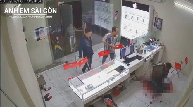 Clip: Nam thanh niên bịt mặt, xông vào chém chủ cửa hàng điện thoại - Ảnh 2.