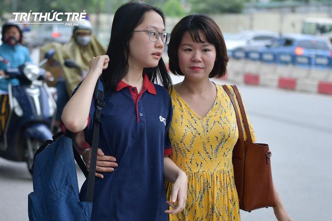 Những cái ôm ấm áp của phụ huynh Hà Nội dành cho con em trước khi vào kỳ thi tuyển lớp 10 - Ảnh 1.