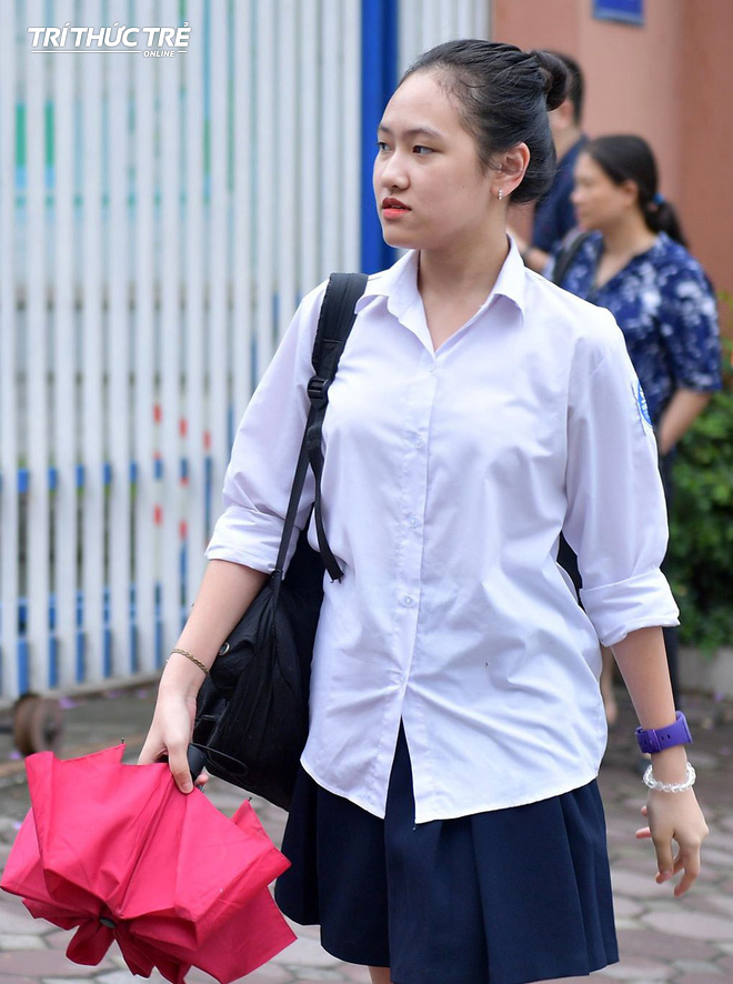 Những cái ôm ấm áp của phụ huynh Hà Nội dành cho con em trước khi vào kỳ thi tuyển lớp 10 - Ảnh 5.