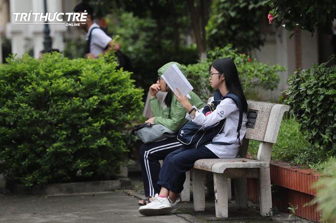 Những cái ôm ấm áp của phụ huynh Hà Nội dành cho con em trước khi vào kỳ thi tuyển lớp 10 - Ảnh 11.