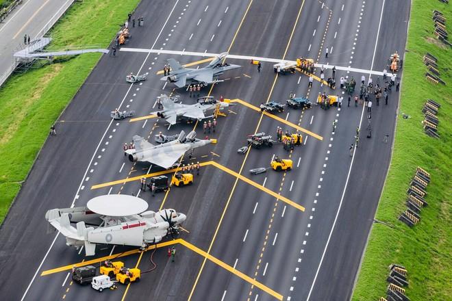Sân bay dã chiến, tiêm kích F-16V cũng không cứu được Đài Loan khi Trung Quốc tấn công? - Ảnh 1.