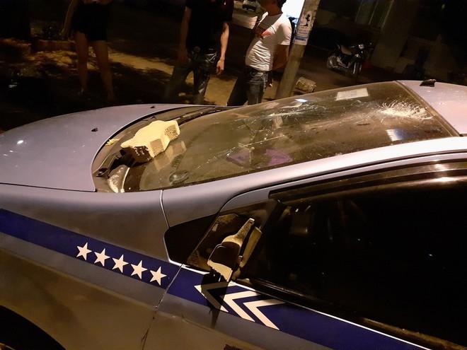 Clip: Khách nước ngoài cầm gạch ném vào xe taxi giữa phố Hà Nội - Ảnh 2.