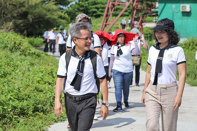 Hành trình Từ Trái Tim mang bộ sách truyền cảm hứng đến đảo xa nhất Vịnh Bắc Bộ - Ảnh 1.