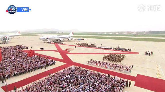 Đích thân Chủ tịch Kim Jong Un ra sân bay đón Chủ tịch Tập Cận Bình, hàng vạn người dân reo hò không ngớt - Ảnh 7.