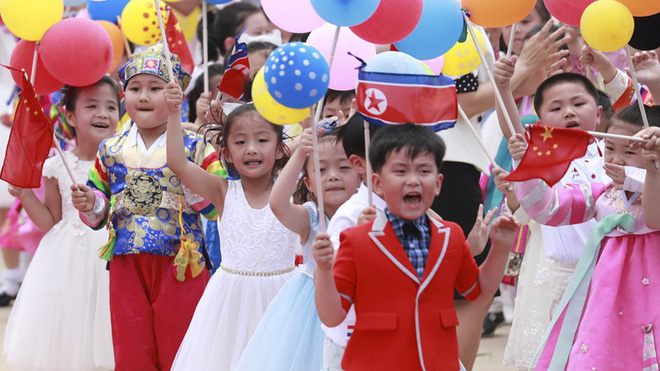Đích thân Chủ tịch Kim Jong Un ra sân bay đón Chủ tịch Tập Cận Bình, hàng vạn người dân reo hò không ngớt - Ảnh 3.