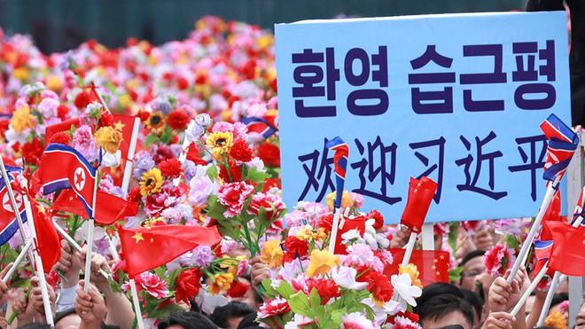 Đích thân Chủ tịch Kim Jong Un ra sân bay đón Chủ tịch Tập Cận Bình, hàng vạn người dân reo hò không ngớt - Ảnh 2.