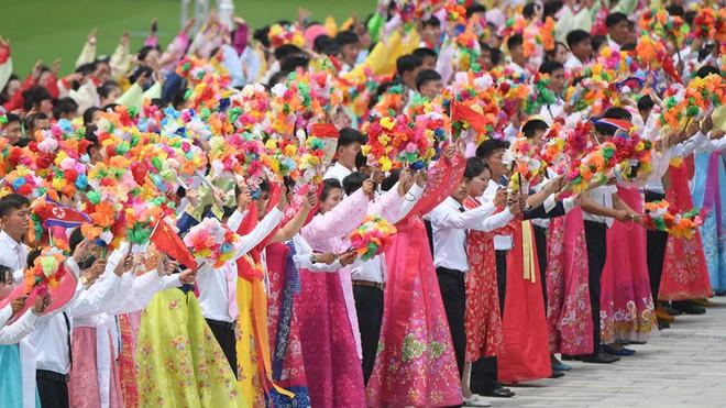 Đích thân Chủ tịch Kim Jong Un ra sân bay đón Chủ tịch Tập Cận Bình, hàng vạn người dân reo hò không ngớt - Ảnh 4.