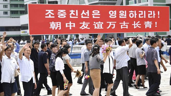 Đích thân Chủ tịch Kim Jong Un ra sân bay đón Chủ tịch Tập Cận Bình, hàng vạn người dân reo hò không ngớt - Ảnh 5.