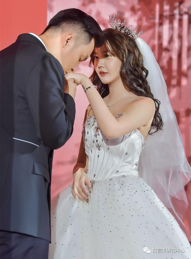 Hốt hoảng hôn lễ của mẫu nữ xứ Trung: Nhan sắc thảm họa từ cô dâu đến khách mời toàn hotgirl Weibo bị bóc trần - Ảnh 3.