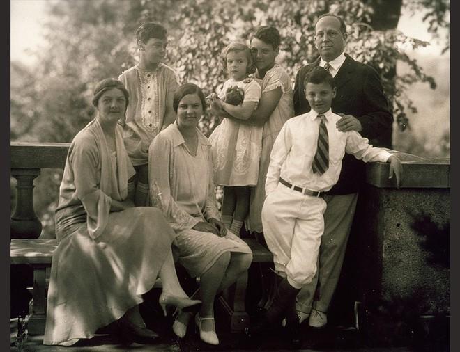 Katharine Graham: Chồng ngoại tình rồi tự tử vì trầm cảm, bà mẹ bỉm sữa vượt lên số phận trở thành huyền thoại của giới báo chí - Ảnh 2.