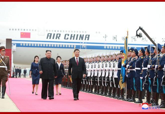 Hình ảnh ấn tượng trong chuyến công du Triều Tiên đầu tiên của ông Tập Cận Bình - Ảnh 1.