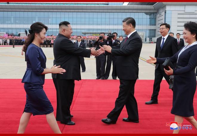 Hình ảnh ấn tượng trong chuyến công du Triều Tiên đầu tiên của ông Tập Cận Bình - Ảnh 2.