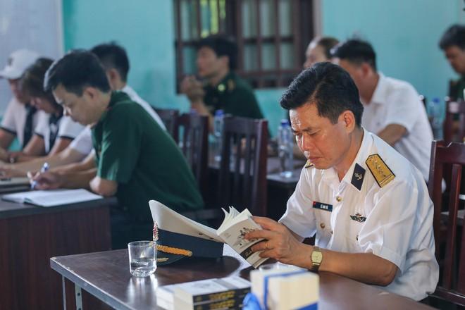 Vượt sóng lớn trao sách quý đến đảo tiền tiêu Bạch Long Vĩ - Ảnh 2.
