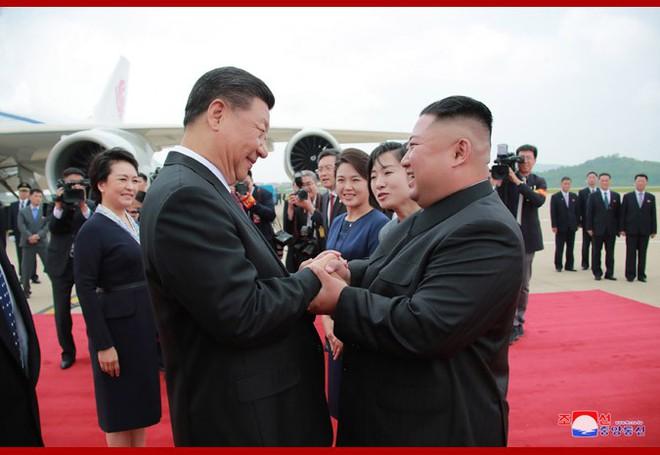 Hình ảnh ấn tượng trong chuyến công du Triều Tiên đầu tiên của ông Tập Cận Bình - Ảnh 3.