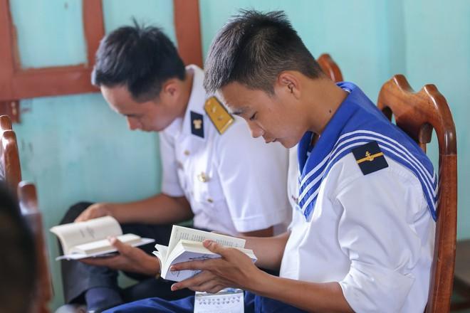 Vượt sóng lớn trao sách quý đến đảo tiền tiêu Bạch Long Vĩ - Ảnh 3.